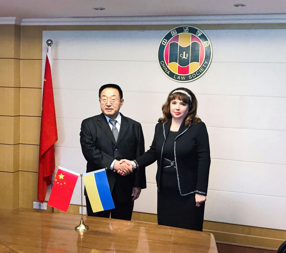 Ніна Карпачова  з Віце-президентом Китайського юридичного товариства  Чжаном Мінці (2)